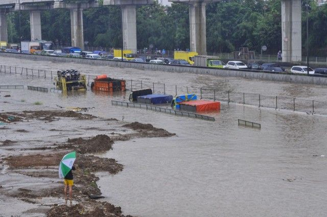 20000-trucks-serving-Tanjung-Priok-port-cant-operate-amid-floods-Association